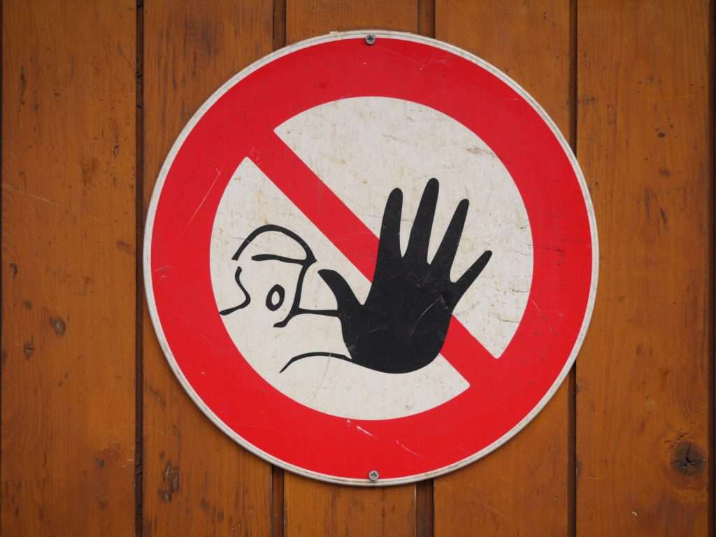 Stop advarsel skilt på træ baggrund.
